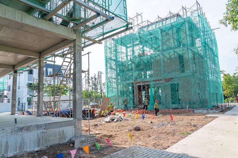 Các công nhân đang gấp rút thi công dự án Aqua City